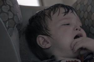 O que acontece a uma criança esquecida num carro